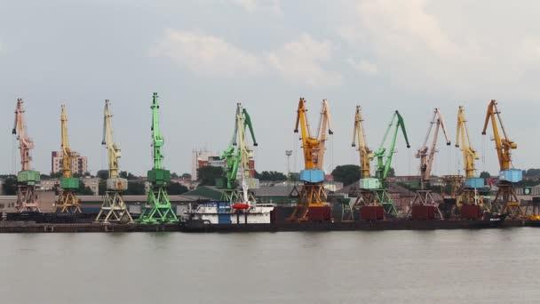 pracovní jeřáby v přístavu