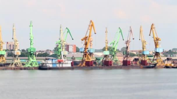 pracovní jeřáby v přístavu, tilt-shift