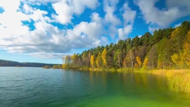 podzimní les a jezero, timelapse panorama