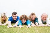 Fényképek boldog család feküdt a zöld gyep