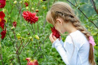 bir çiçek bahçesinde kız tutar