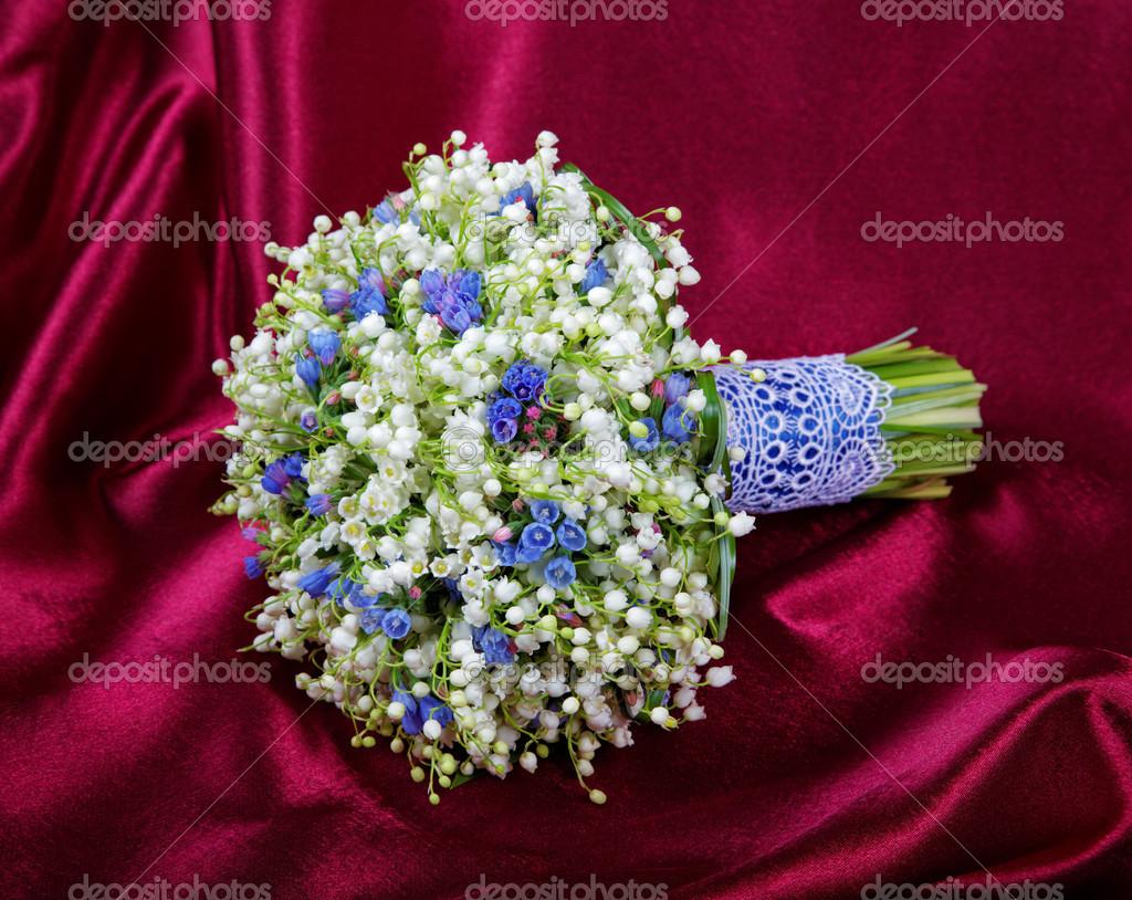 Hochzeit Strauss Aus Maiglockchen Auf Rotem Tuch Stockfoto