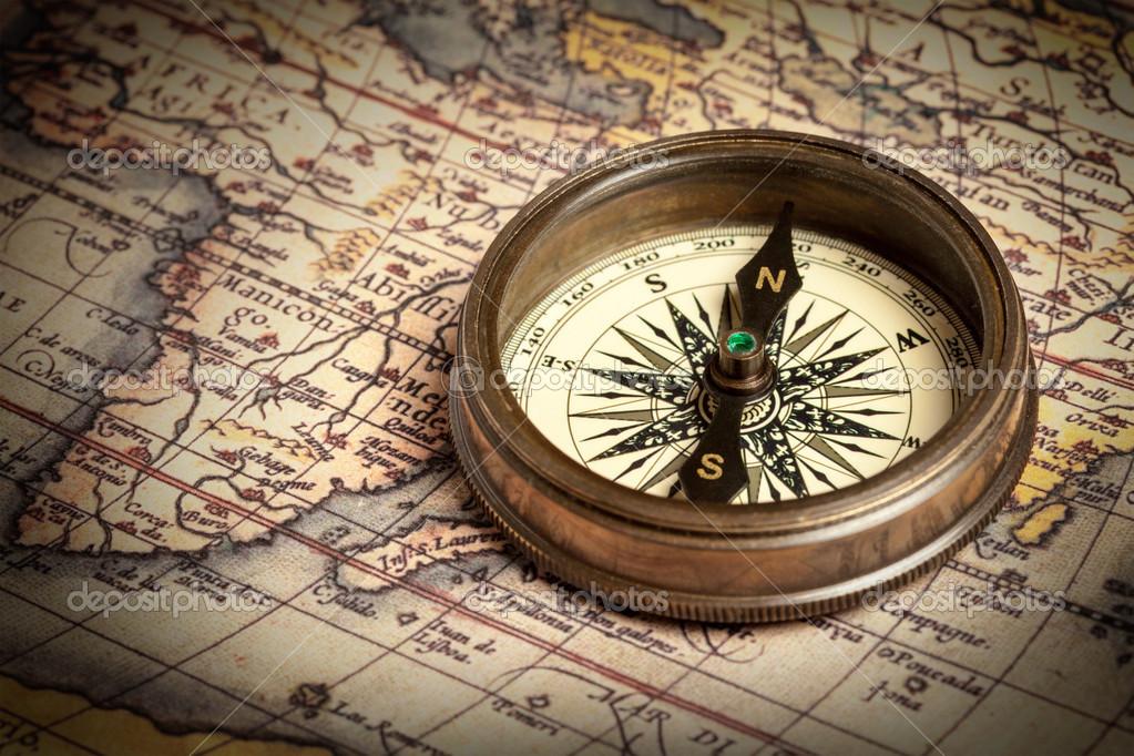Старый старинный компас на древней карте Стоковое фото