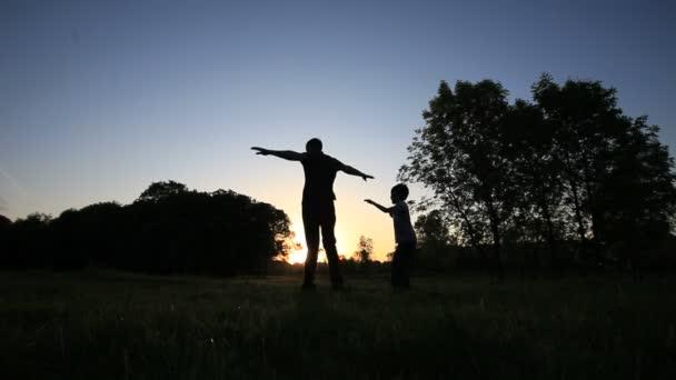 otec a syn hraje venku