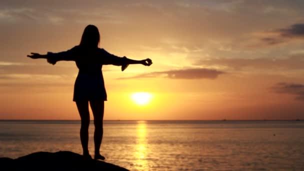 gl ckliche frau tanzen am strand bei sonnenuntergang mit. Black Bedroom Furniture Sets. Home Design Ideas
