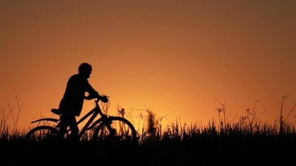 motorkář silueta v sunrise
