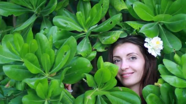 portrét mladé krásné ženy na green leafs zpět