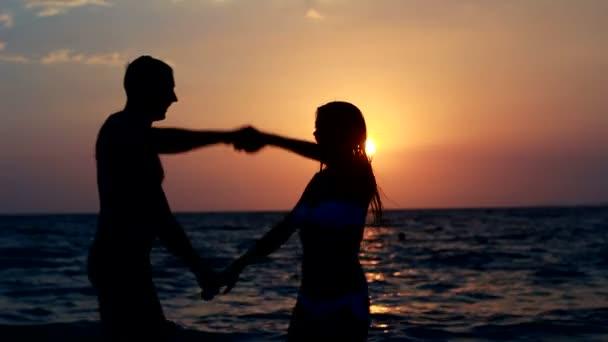 pár silueta na pláži. západ slunce světlo