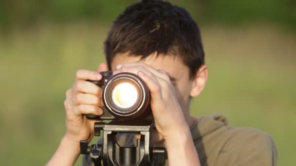 chlapec s fotoaparátem.
