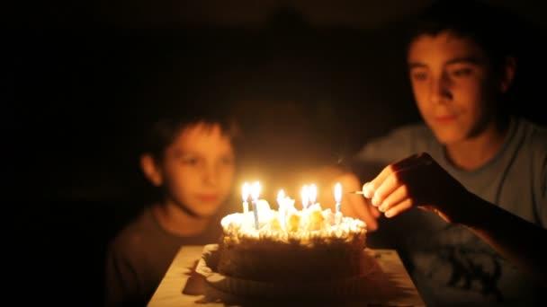 chlapci tleskat před narozeninový dort.
