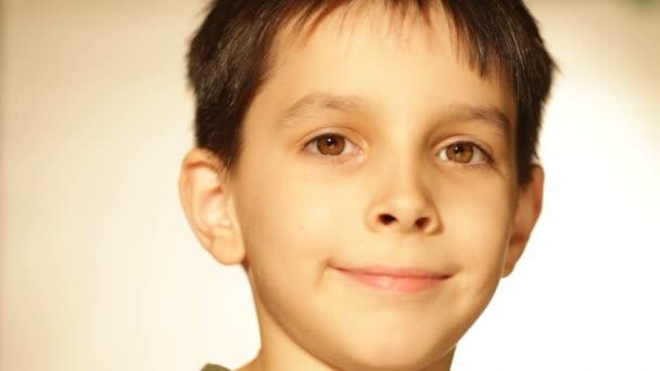 chlapec s úsměvem, portrét