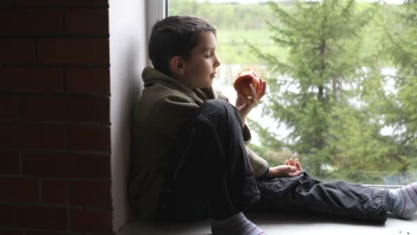 chlapec jíst jablko