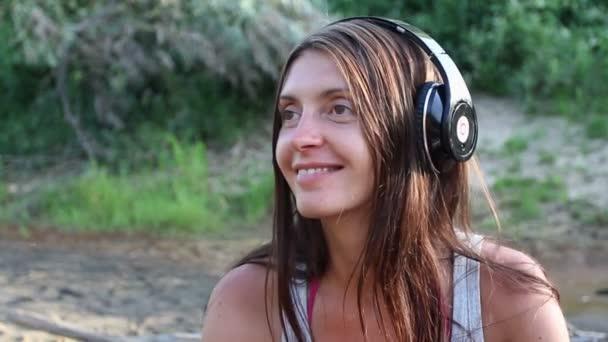 dívka s sluchátka jezera