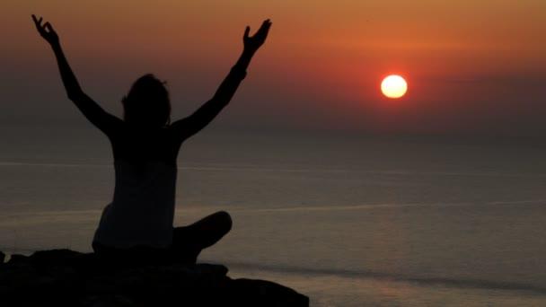 donna sul tramonto su roccia