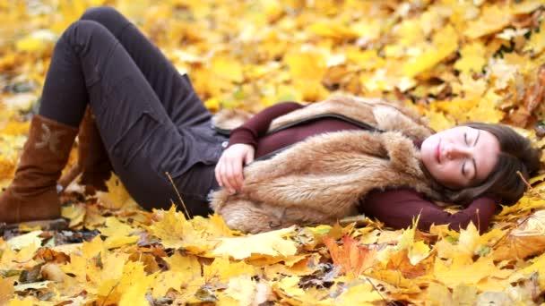 őszi park lány portréja