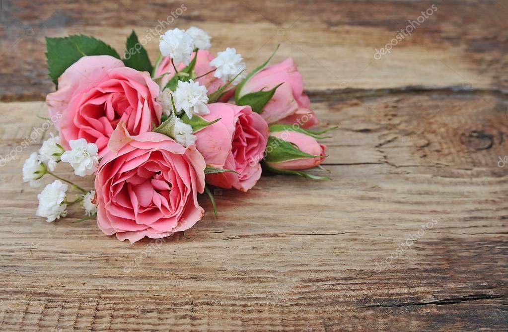 Flores Lilas Con Rosas Sobre Fondo: Rosas Buquê Em Fundo De Madeira