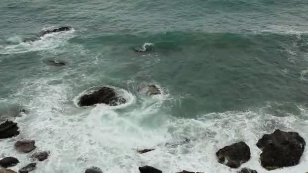 pohyb vln na pláži