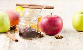 Fotografia marmellata di frutta sul tavolo di legno