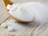 cukr na dřevěný stůl