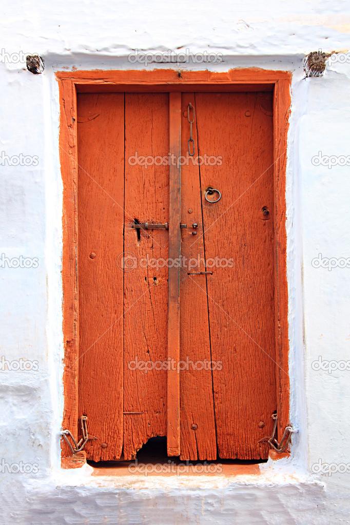 Geschlossene holztür  geschlossene Holztür in Indien — Stockfoto #28066665