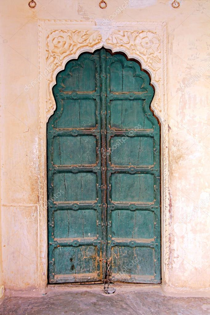 Geschlossene holztür  geschlossene Holztür in Indien — Stockfoto #28066745