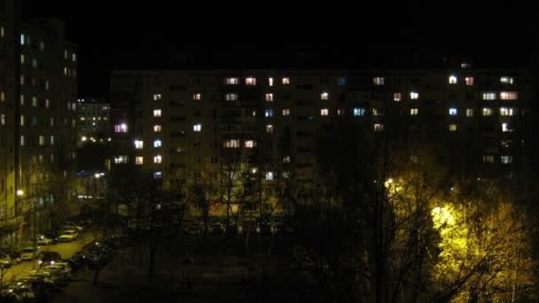 Windows in huizen nachts worden verlicht en uitgaan — Stockvideo ...