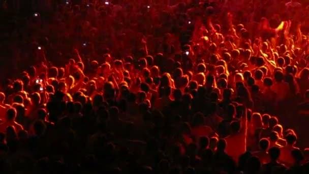 Ujjongó tömeg egy koncertterem