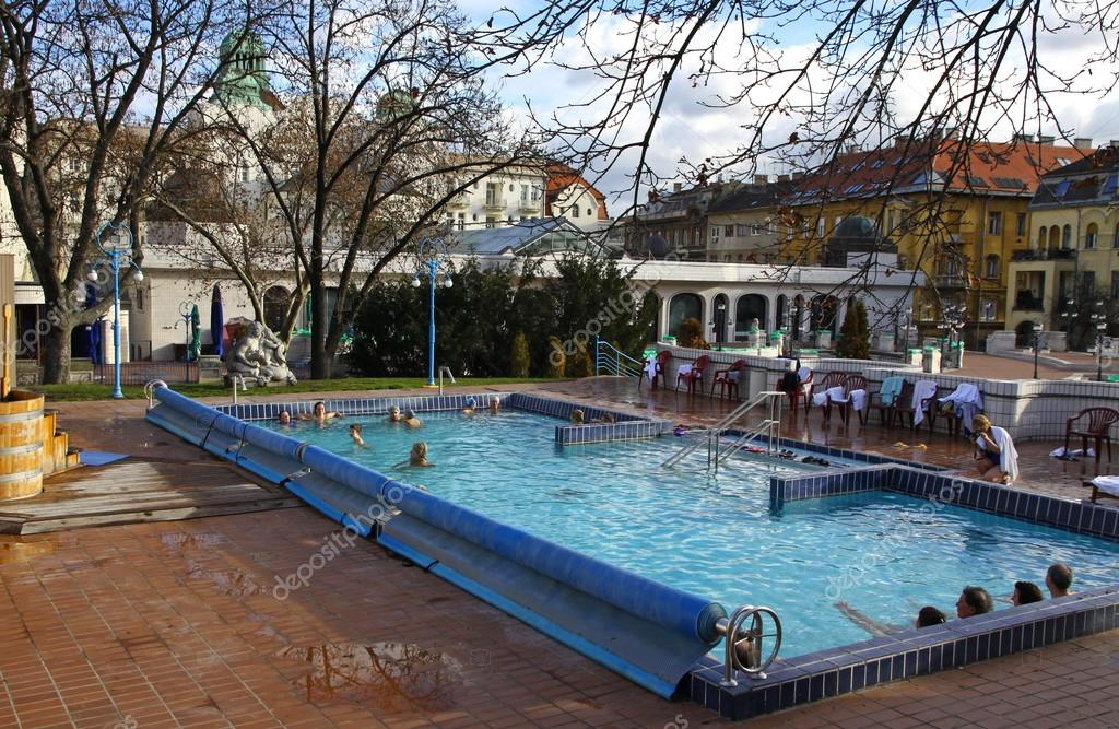 Bagni Termali Gellert : Persone hanno un bagno termale nelle terme gellert a budapest u2014 foto
