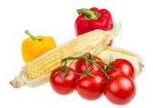 pepř, zralé žluté kukuřice a rajčete