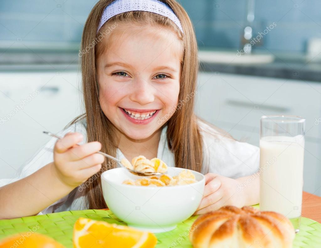 Niña Comiendo Su Desayuno