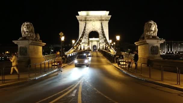 a híres mérföldkő Széchenyi Lánchíd, a Duna, budapest, Magyarország-ban világította az utcai lámpák, a békés este