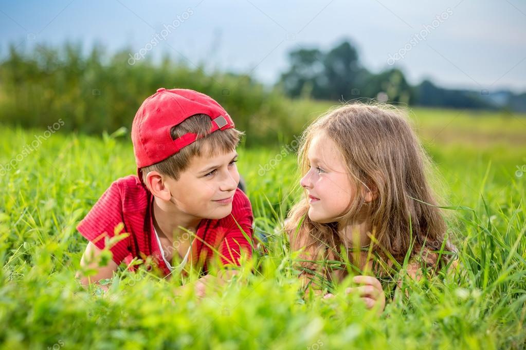 Gesneden jongen en een meisje rusten op het groene gras in de zomer stockfoto bloodua 36536243 - Twee meisjes en een jongen ...