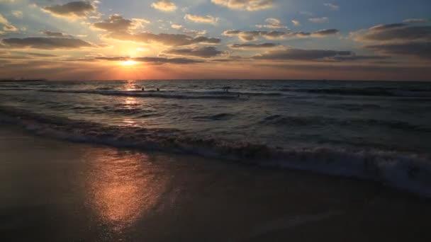 krásný západ slunce na pláži