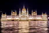 Budapest Parlament épülete Magyarországon alkonyatkor.