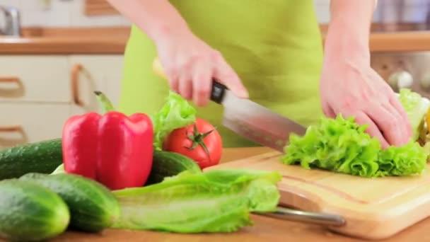 Ženské ruce řezání zeleniny