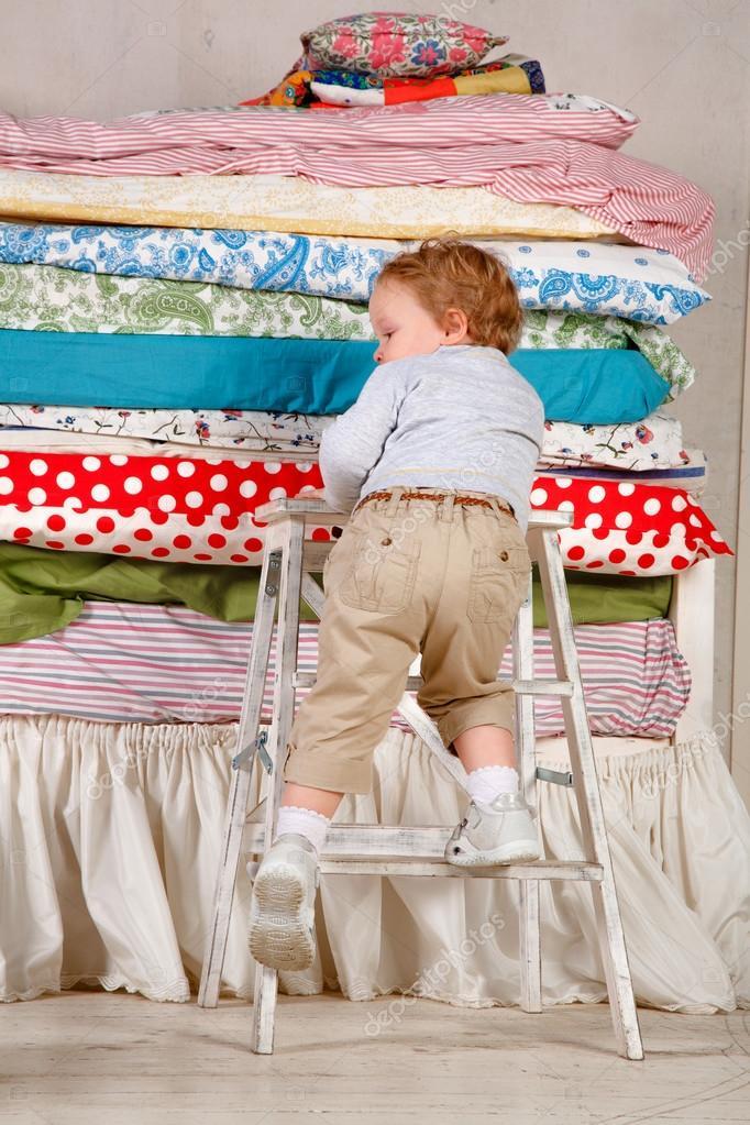 Prinzessin auf der erbse bett  Kind klettert auf dem Bett - Prinzessin und die Erbse — Stockfoto ...