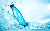 Fotografie láhev vody splash