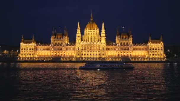 Séta hajó úszik a magyar Parlament által Duna éjjel