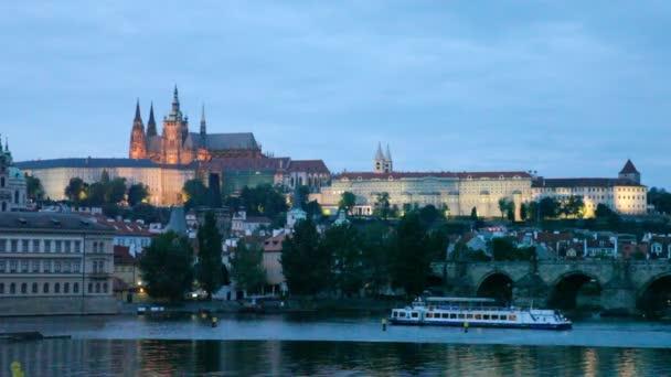Noční pohled na prahu - řeka vltava, gradchany, katedrála svatého Víta