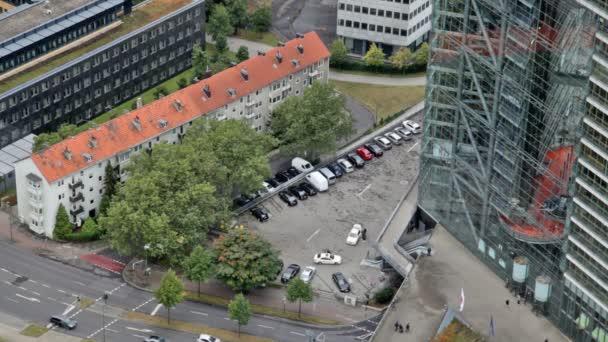 die Ansicht von oben auf der Straße mit Automobil-Bewegung und Parken von Autos in der Nähe von Bürogebäuden
