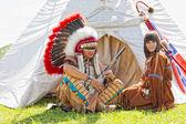 Skupina sever amerických indiánů o vigvamu