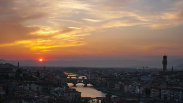 západ slunce nad mosty přes řeky arno ve Florencii