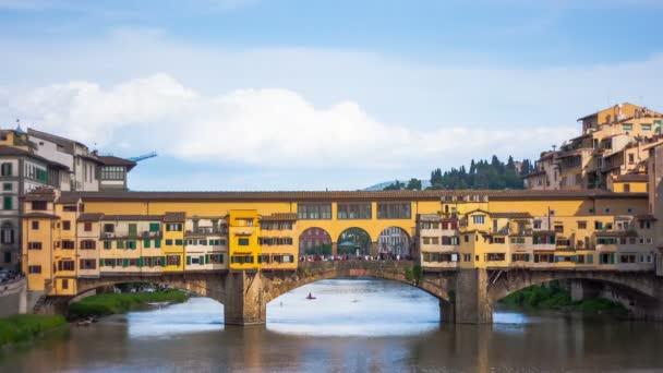 pohled na zlato (ponte vecchio) mostu ve Florencii