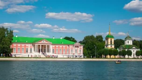 Rekreanti na lodě poblíž Kuskovo palace