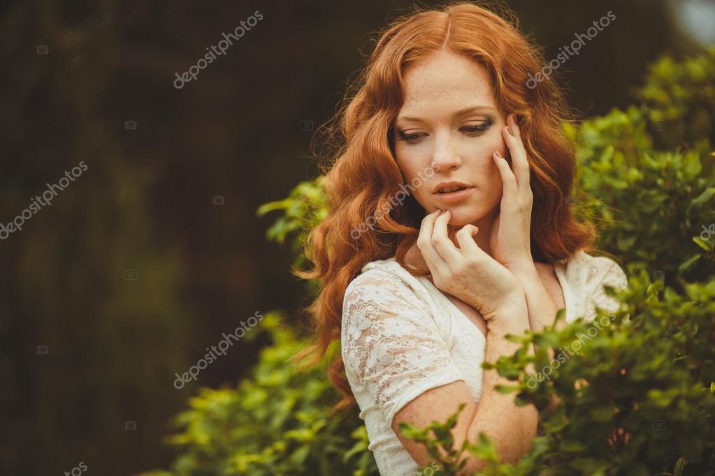 Das barfüßige schöne Mädchen - Stockfotografie