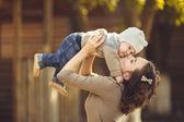 matka a její dítě Užijte si léto v parku. venkovní.