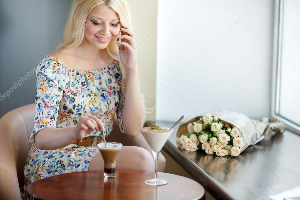 Видео блондинку в ресторане думаю