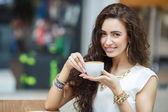 Fotografie Frau trinkt Kaffee zu Hause, mit den Sonnenaufgang
