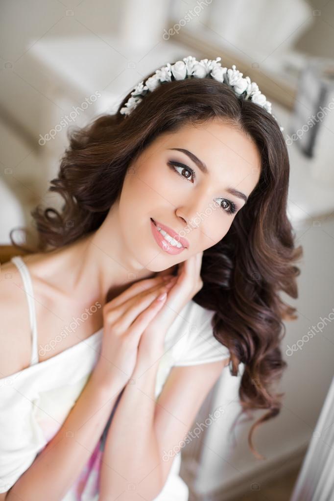 99442c47f8aa17 Красива молода наречена Весільний макіяж і зачіску в спальні, привабливі  наречена жінки мають остаточної підготовки до весілля. щаслива наречена  наречений ...