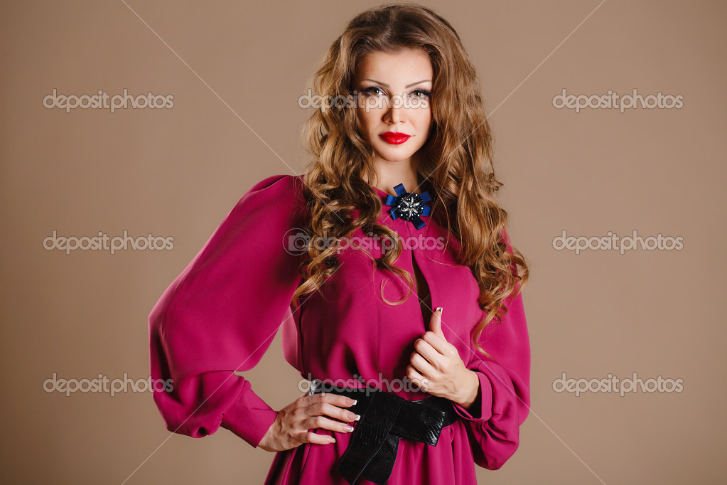 7d2306acb487 Πορτρέτο του μια όμορφη νεαρή γυναίκα σε ένα μοντέρνο φόρεμα russkaya  krasavica καφέ φόντο — Εικόνα από golyak